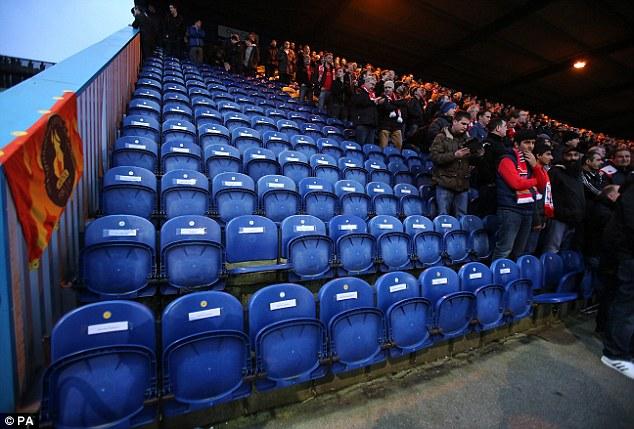 Mansfield mengosongkan 96 tempat duduk dan meletakkan nama mereka sebagai penghormatan kepada 96 penyokong yang terkorban dalam Tragedi Hillsborough
