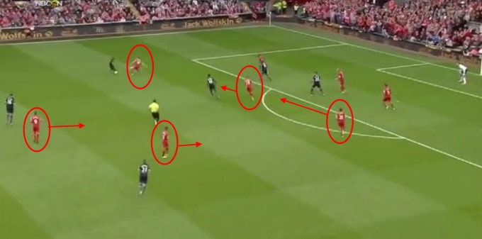 Hendo, Gerrard dan Lucas bertahan di sebelah kanan.