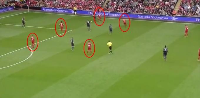 Di mana ada bola, di situ ada pemain Liverpool. Johnson turut memnuhkan ruang sebelah kanan untuk memberi tekanan kepada pemain lawan.